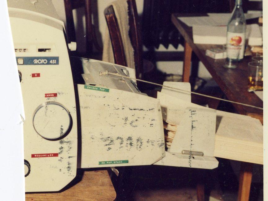 Zerschnittenes Foto des damals in der Umweltbibliothek verwendeten Druckers Roto 451 mit einem Stapel bereits bedruckter DIN-A4-Seiten der 'Umweltblätter'.
