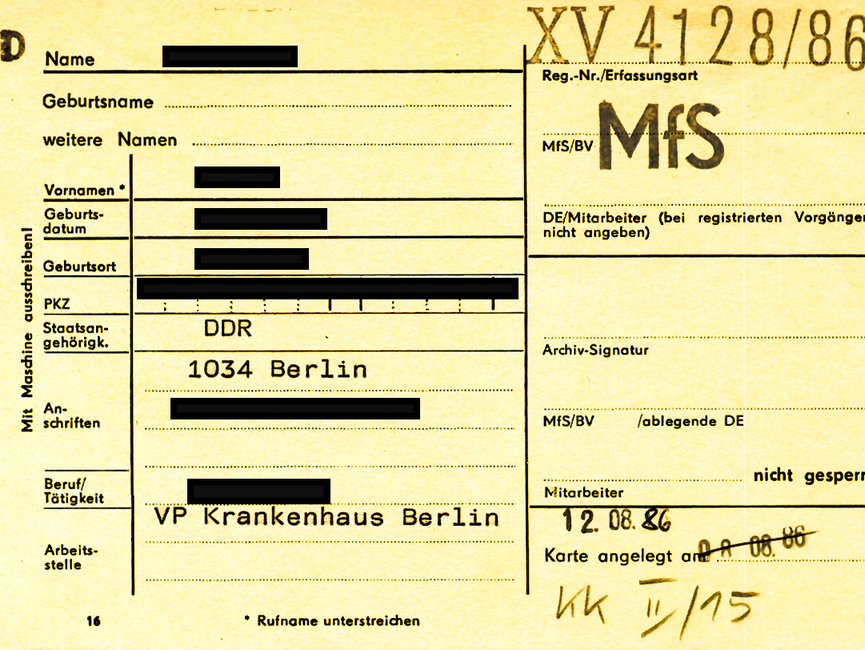 [Zu sehen ist eine gelbe Karteikarte des Typs 'Formblatt 16'. Das MfS vermerkte auf der linken Seite personenbezogene Daten wie Klarname, Geburtsdaten und PKZ. Die Anschrift war ebenso wie die berufliche Tätigkeit und die Arbeitsstelle erfasst. Auf der rechten Seite wurden u.a. Registriernummer (XV 4128/86), zuständige Diensteinheit und Mitarbeiter sowie Anlegedatum der Karteikarte vermerkt.]