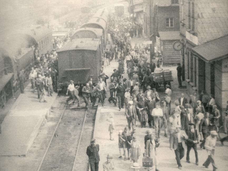 Auf diesem Foto sieht man viele Demonstranten, die gerade auf dem Bahnhof Belzig eintreffen.