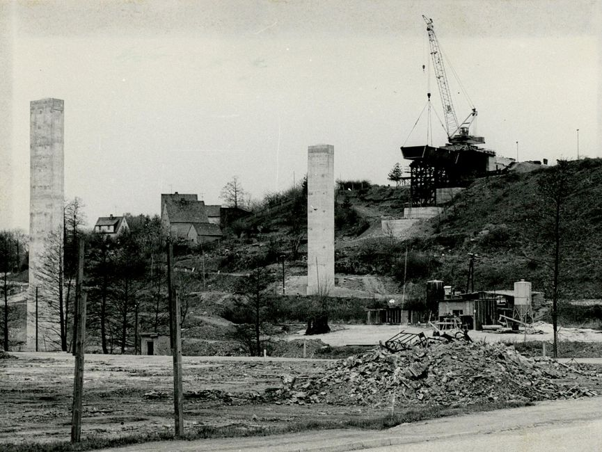 Beginn der Montagearbeiten an der Stauseebrücke – mittels Vorbaukran wird das zweite Brückensegment über zwei Hilfsstützen montiert.