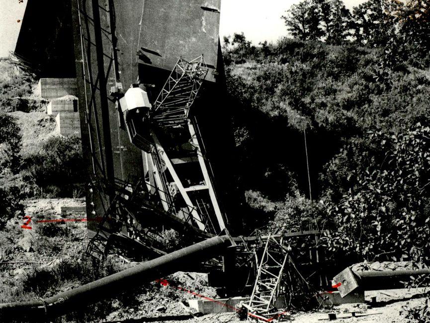 Der abgeknickte Brückenteil mit umgeknickten Rohren der Hilfsstütze und Vorbaukran