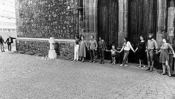 Mahnwache vor einer Kirche
