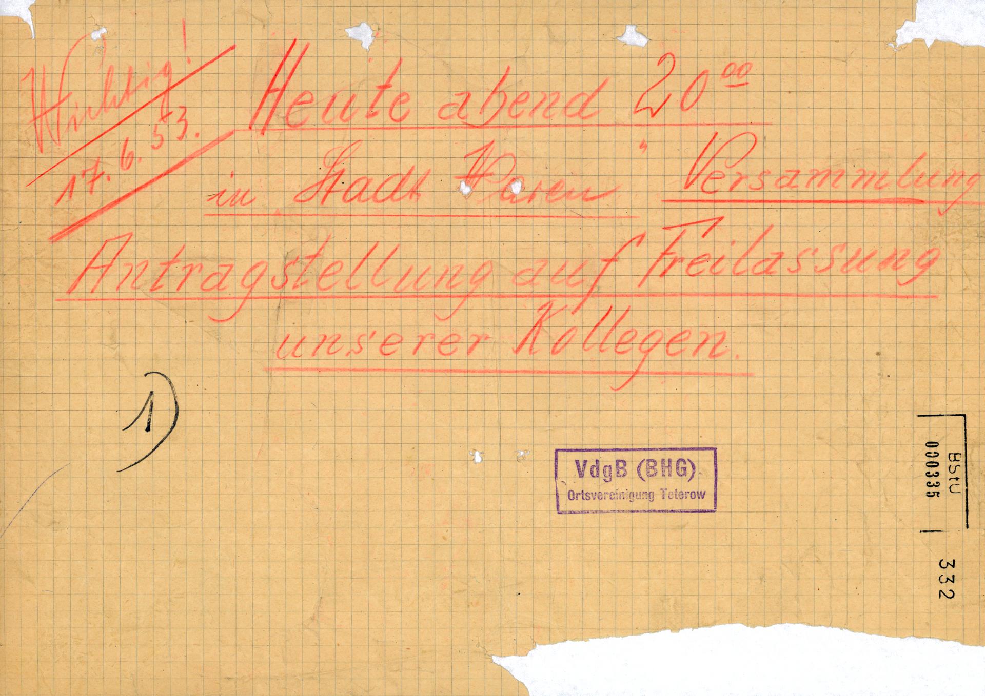 [Der Text wurde handschriftlich mit einem roten Buntstift auf kariertes Papier geschrieben. Der Handzettel ist knittrig und eingerissen, einige Stellen fehlen oder sind löchrig.]  Wichtig! 17.06.53.  Heute abend 20.00 in Stadt Waren Versammlung Antragstellung auf Freilassung unserer Kollegen  1)  [Stempel: VdgB (BHG) Ortsvereinigung Teterow]