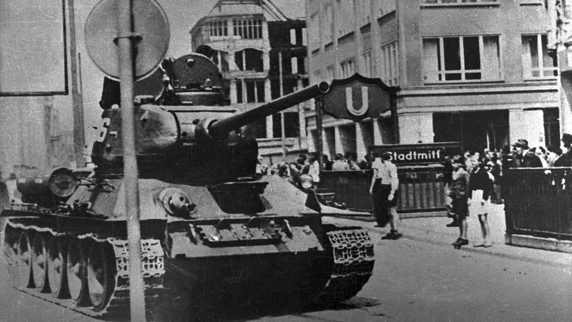 Ein sowjetischer T-54 Panzer, welcher am U-Bahnhof Stadtmitte in Berlin-Friedrichshain am 17.06.1953 abgestellt worden ist. Im Hintergrund dieses Fotos kann man eine größere Ansammlung von Zivilisten erkennen.