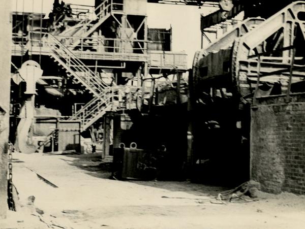 Fabrikanlage in Schönebeck. Auf einem Teil der Anlage in der Mitte des Fotos steht in Kreideschrift 'Es lebe der 17. Juni'.