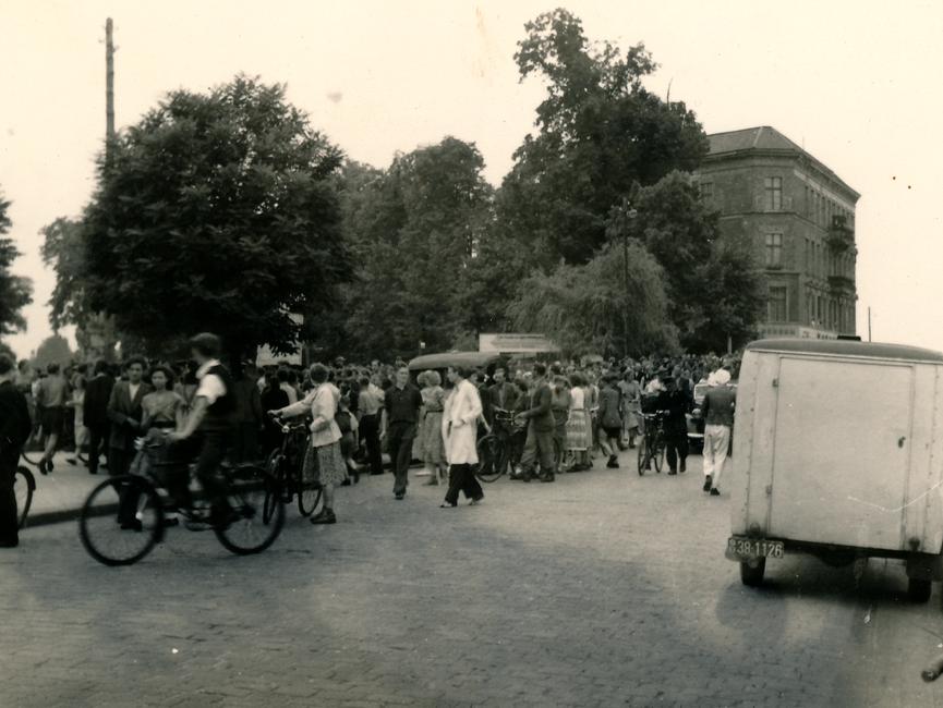 Auf diesem Foto vom Karl-Marx-Platz in Rathenow sind einige Demonstranten zu sehen.