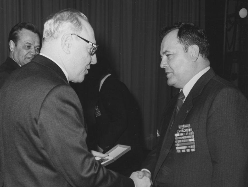 Der KGB-Offizier Wiktor Michailowitsch Tschebrikow beglückwünscht Gerhard Neiber und übereicht ihm eine Auszeichnung.