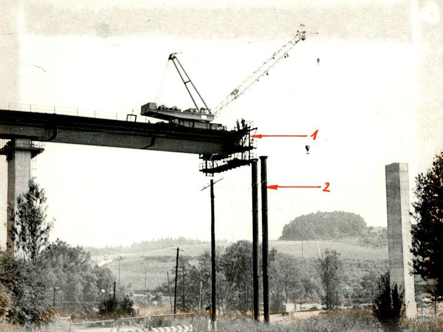 Montagezustand am Vormittag des 13. August 1973, ca. drei Stunden vor der Havarie. Pfeil 1 - Vorbaurüstung, Pfeil 2 - Hilfsstütze, auf welcher das Segment 8 zu liegen kommen sollte.
