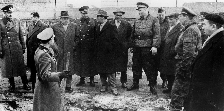 Erich Mielke und Erich Honecker beim Mauerbau.