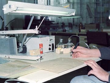 Der Arbeitsplatz eines MfS-Mitarbeiters mit Klebepistole, Lampe und Klebestift