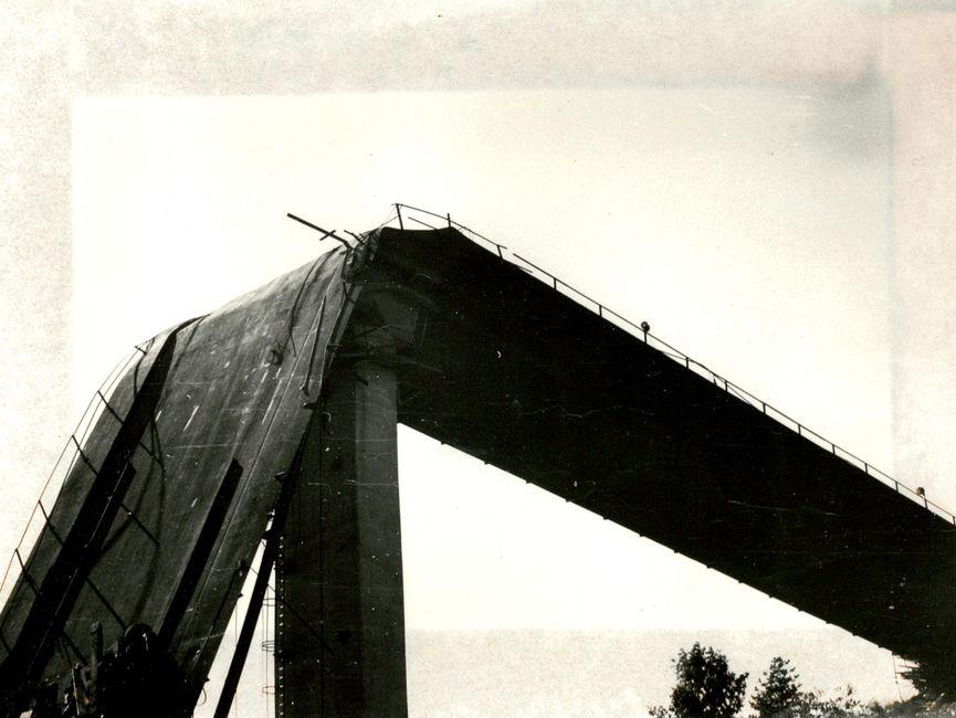 Nahaufnahme des abgeknickten Teils der Stauseebrücke.