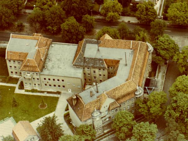 Das Farbbild zeigt eine Luftaufnahme der chinesischen Botschaft in Berlin-Pankow.
