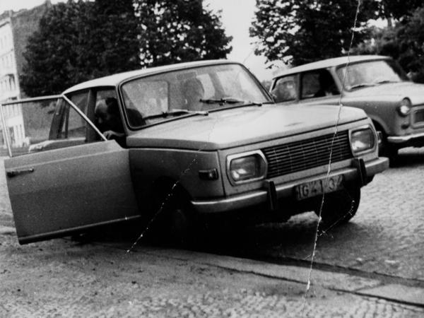Robert Havemann beim Verlassen eines PKW. Am Steuer des Autos sitzt Wolf Biermann.