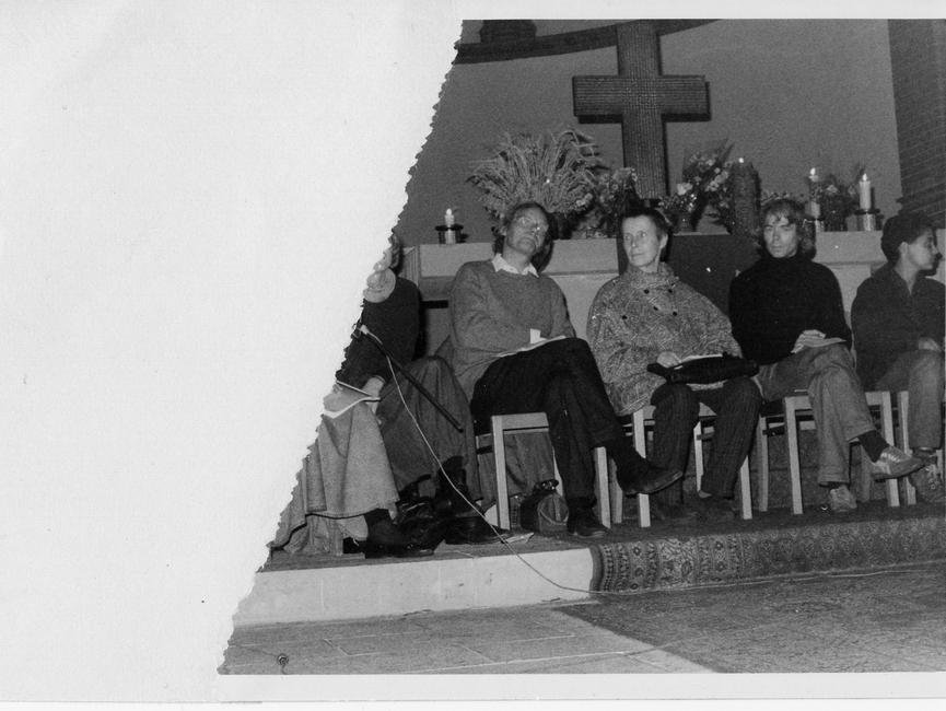 Ein Fotofragment, das die Teilnehmer einer Diskussionsrunde in der Gethsemanekirche zeigt, darunter in Bildmitte vor dem Altar der Theologe Erhart Neubert. Links am Bildrand Anke Müller neben Pfarrer Bernd Albani.