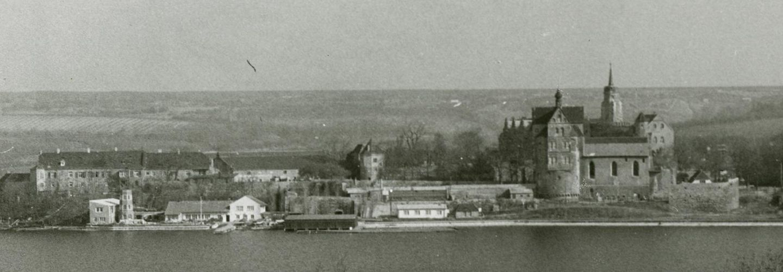 Schwarzweißbild vom Schloss Seeburg am Süßen See.