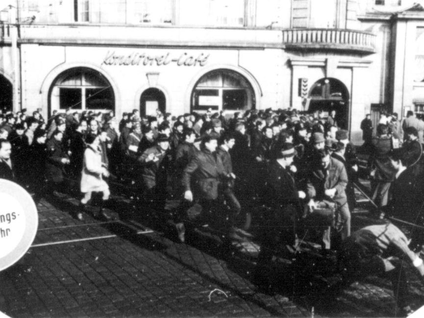 Hunderte Menschen - darunter auch Journalisten strömten auf den Bahnhofsplatz.