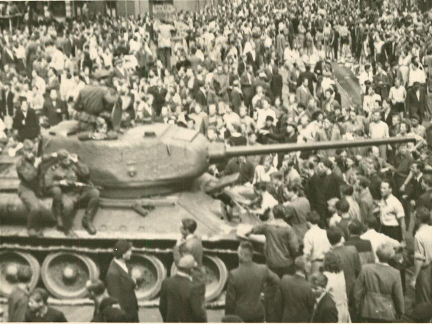 Demonstranten halten sowjetischen Panzer auf