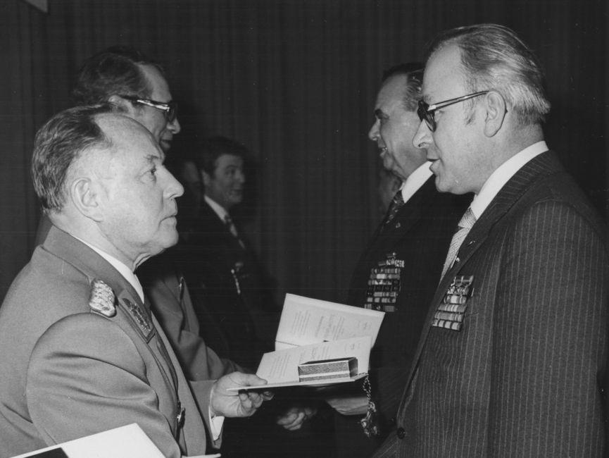 Stasi-Chef Erich Mielke und Wolfgang Schwanitz stehen sich bei einer Auszeichnung im Jahr 1980 gegenüber und reichen sich die Hände.