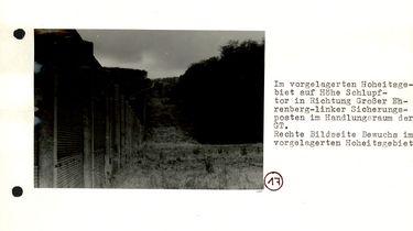 [In den Grenzsicherugsanlagen wurden Kfz-Sperrgraben und Grenzzaun fotografiert. Da das Schlupftor im unteren Drittel des Grenzzauns nicht zu erkennen ist, wurde es mit Bleistift extra eingezeichnet, die beiden umgebenden Zaunpfeiler wurden mit rotem Filzstift nachgemalt.