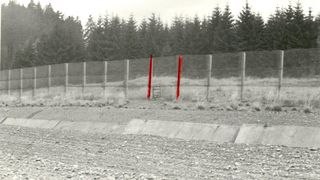 In den Grenzsicherugsanlagen wurden Kfz-Sperrgraben und Grenzzaun fotografiert. Da das Schlupftor im unteren Drittel des Grenzzauns nicht zu erkennen ist, wurde es mit Bleistift extra eingezeichnet, die beiden umgebenden Zaunpfeiler wurden mit rotem Filzstift nachgemalt.