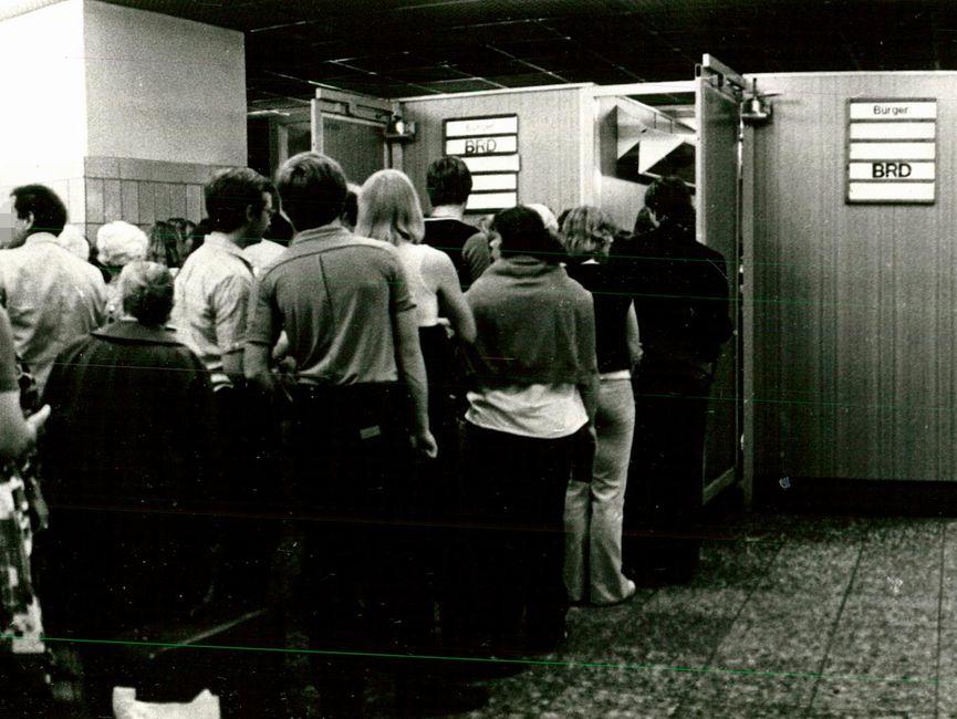 Abfertigungsschlange im ''Tränenpalast' 1981