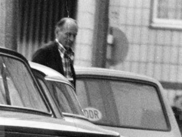 Überwachungsfoto von Robert Havemann auf der Straße zwischen parkenden Autos