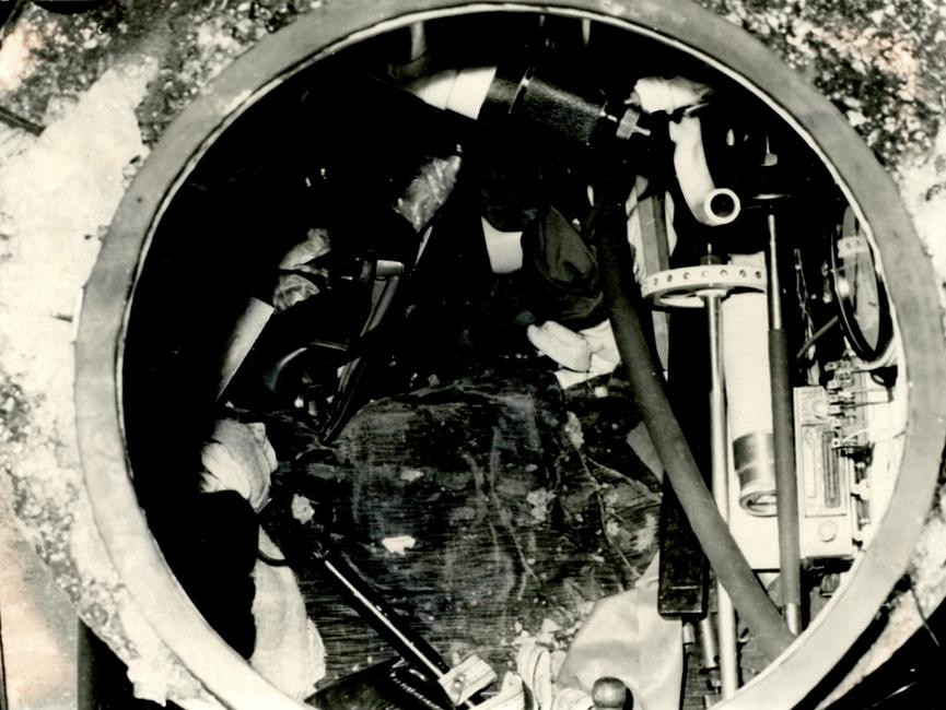 Blick durch die geöffnete Turmluke ins Innere des selbstgefertigten tauchfähigen Schwimmkörpers.