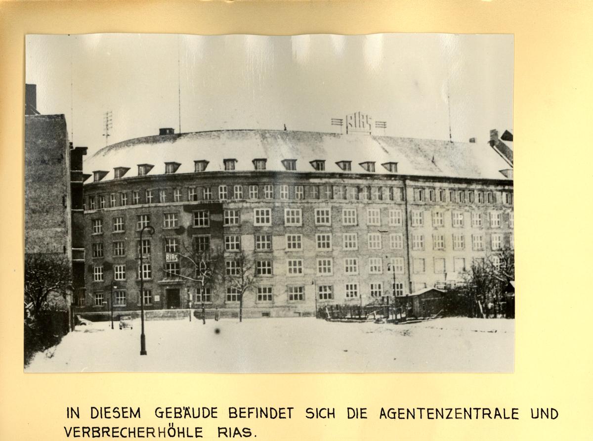 [Das obere schwarz-weiße Lichtbild zeigt eine Außenaufnahme eines mehrstöckigen rundlichen Eckgebäudes. Auf dem Dach sind mehrere Antennen und das Logo des RIAS angebracht. Im Vordergrund ist eine überwiegend freie Fläche zu sehen.]  In diesem Gebäude befindet sich die Agentenzentrale und Verbrecherhöhle RIAS.
