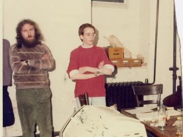 Das Bild zeigt die beiden Mitarbeiter der Umweltbibliothek Wolfgang Rüddenklau und Tim Eisenlohr.