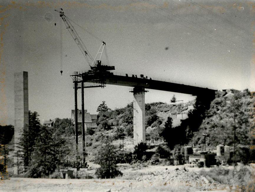 Aufnahme der teilweise aufgebauten Brücke in Zeulenroda.