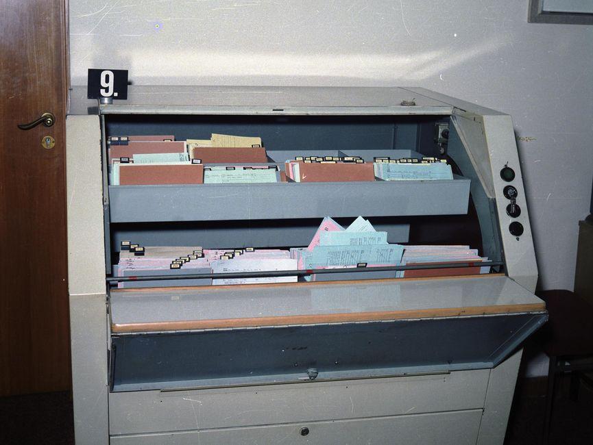 Die Aufnahme zeigt einen Schrank mit Karteikästen, die mit Karteikarten gefüllt sind.