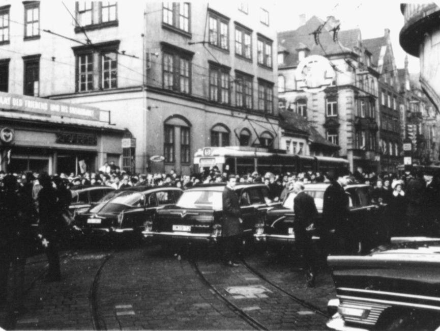 Hunderte von Menschen versammelten sich am Tag des Besuchs von Willy Brandt rund um den Hauptbahnhof in Erfurt. Nahe des Hotels 'Erfurter Hof' stehen Fahrzeuge für die westdeutsche Delegation bereit.