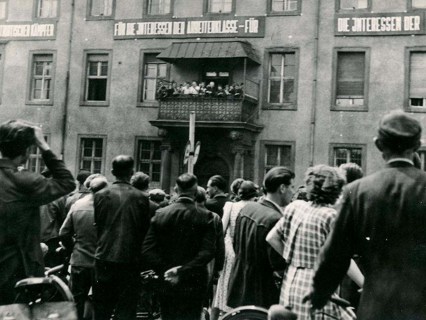 Demonstranten auf dem Balkon der Bezirkspolizei-Behörde