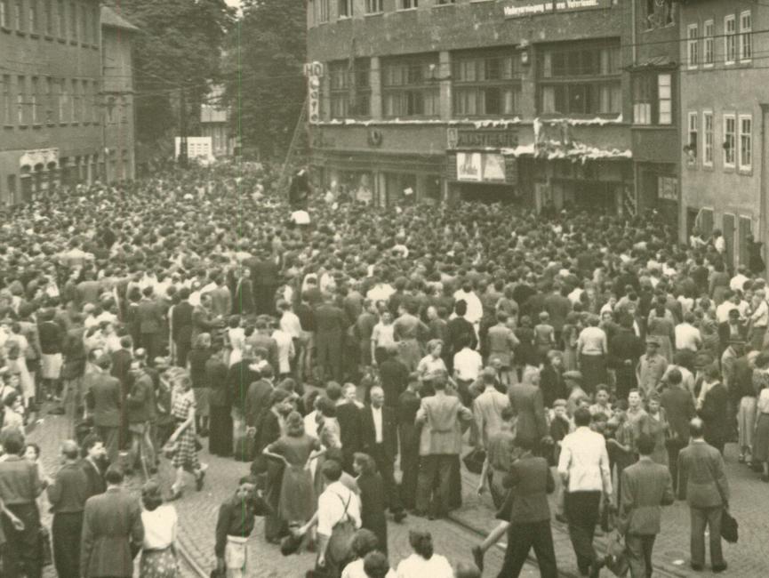 Menschenmenge im Jenaer Stadtzentrum