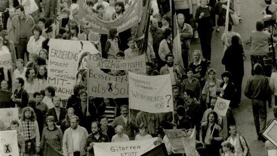 Demonstrierende im September 1987 beim Olof-Palme-Friedensmarsch in Torgau, darunter die 'Frauen für den Frieden'