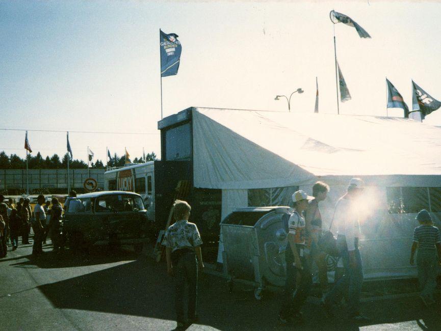 Das Bild zeigt ein großes Zelt in der Nähe des Automotodroms Brünn. Die Rennen in Brünn wurden von vielen DDR-Bürgern dazu genutzt, um sich mit Ersatzteilen, Prospekten und Werbematerialien westlicher Hersteller und Ausrüster zu versorgen.