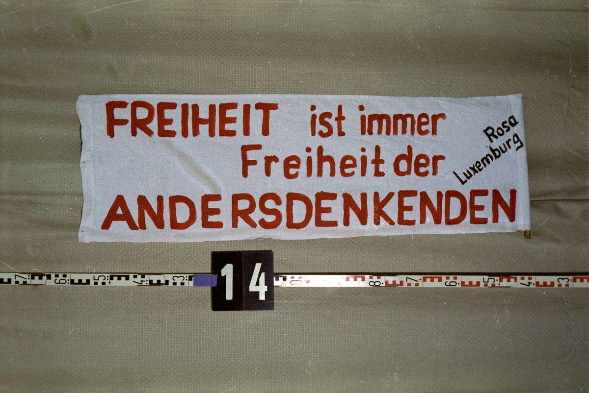 Beschlagnahmtes Transparent mit der Aufschrift:  'Freiheit ist immer Freiheit der Andersdenkenden Rosa Luxemburg'