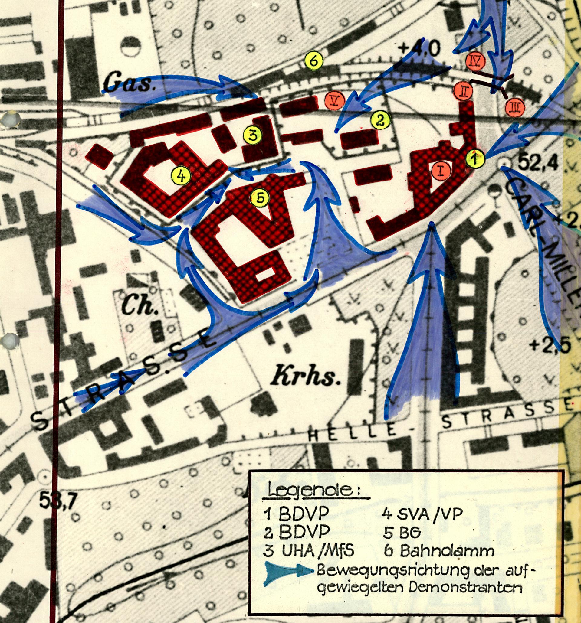 Lageplan mit rot-markierten Gebäuden und blau-markierten Pfeilen