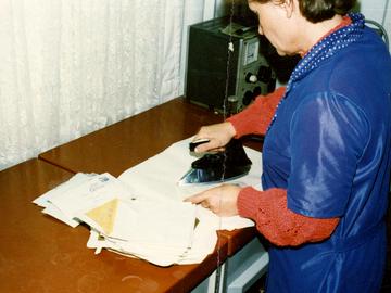 Eine MfS-Mitarbeiterin bügelt wieder verschlossene Briefe.