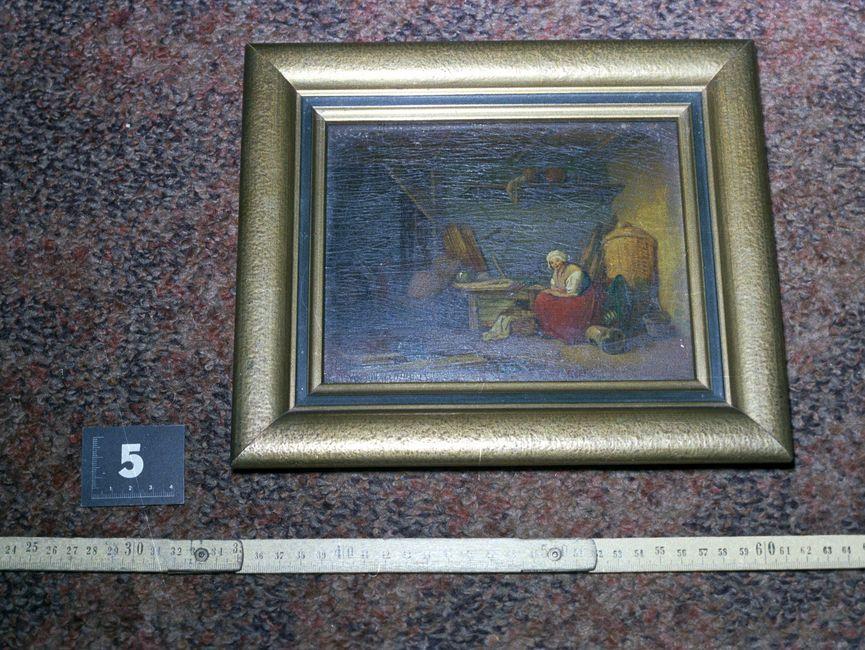 Die Aufnahme zeigt eine auf den Fußboden gelegte, gerahmte Malerei. Der Rahmen ist mit goldener Farbe verziert.