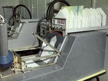 Maschine des MfS für das automatische Verschließen der zur Kontrolle geöffneten Briefe.