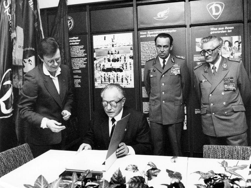 Einweihung der Zentralen Traditionsstätte der Sportvereinigung Dynamo in Berlin-Hohenschönhausen durch Erich Mielke anlässlich der IX. Zentralen Delegiertenkonferenz der Sportvereinigung Dynamo, 1984