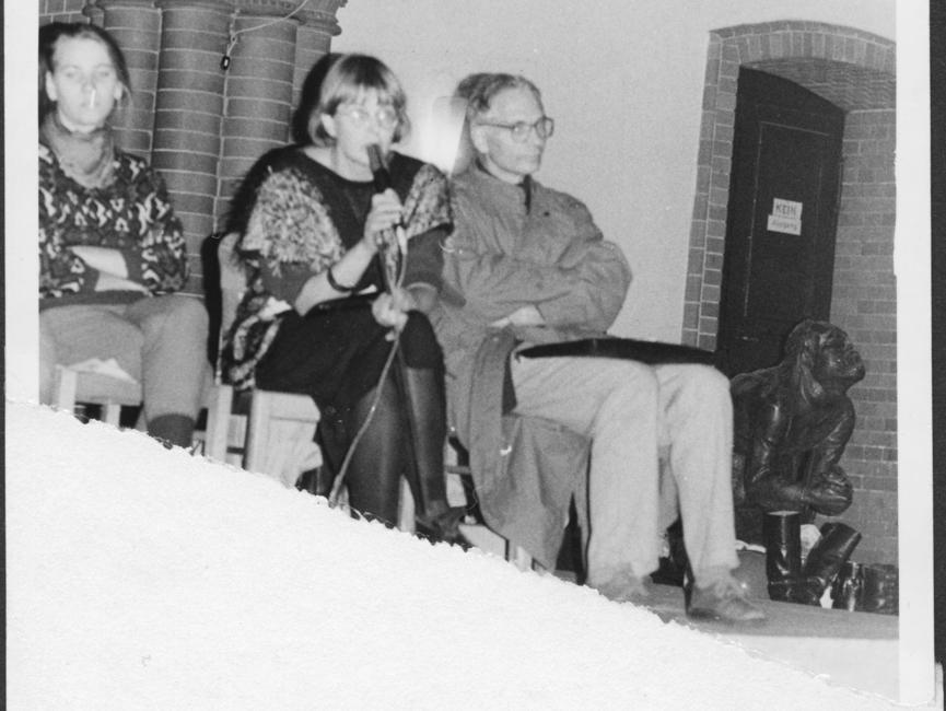 Teil eines MfS-Fotos, das die Teilnehmerinnen und Teilnehmer einer Diskussionsrunde in der Gethsemanekirche zeigt. Darunter am Mikrofon Marianne Birthler neben dem Molekularbiologen Jens Reich, beide waren Mitbegründer des Neuen Forum.