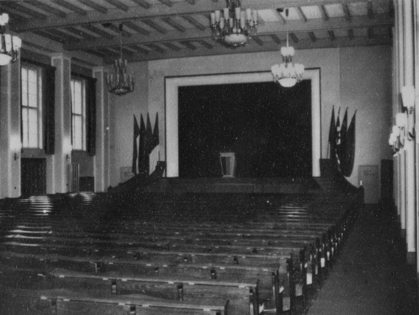 Aufnahme der leeren Aula in der Juristischen Hochschule des MfS in Potsdam