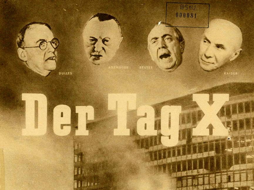 Titelblatt einer Broschüre des Nationalrats der Nationalen Front des demokratischen Deutschlands. Zu sehen sind die vier Gesichter von John Foster Dulles, Konrad Adenauer, Ernst Reuter und Jakob Kaiser (v.l.n.r.), darunter der Titel der Broschüre 'Der Tag X'. Im Hintergrund sieht man ein großes ausgebranntes Gebäude mit einer Freifläche davor, es ist eine Menschenansammlung zu erkennen. Im Vordergrund steht eine Person vor einem kleinen Gebäude, aus dem Rauch empor steigt und an das ein zerstörtes Plakat lehnt. Der Untertitel 'Der Zusammenbruch der faschistischen Kriegsprovokation des 17. Juni 1953' steht unten.