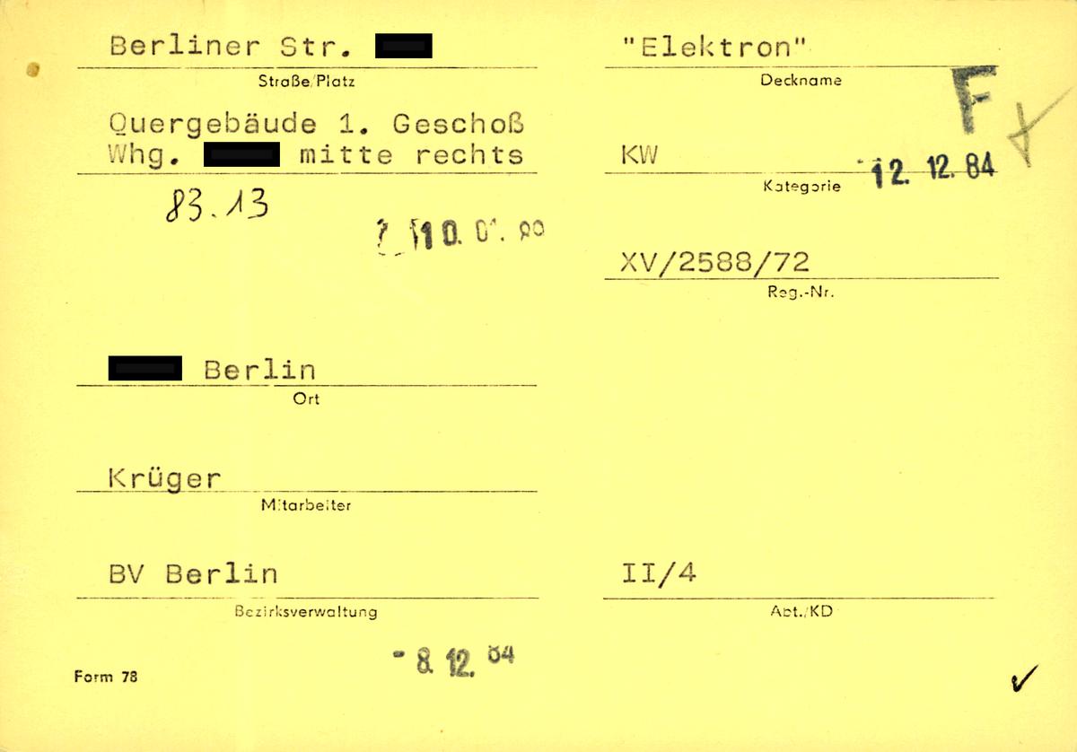 [Auf der gelben Karteikarte des 'Formblatts 78' sind die Adresse und die genaue Lage des Objekts angegeben. Der zuständige Mitarbeiter neben seiner Diensteinheit der jeweiligen Bezirksverwaltung ist erfasst. Auch hier ist wieder der Deckname ('Elektron'), die Kategorie (KW) sowie die Registriernummer (XV 2588/72) aufgenommen worden.]