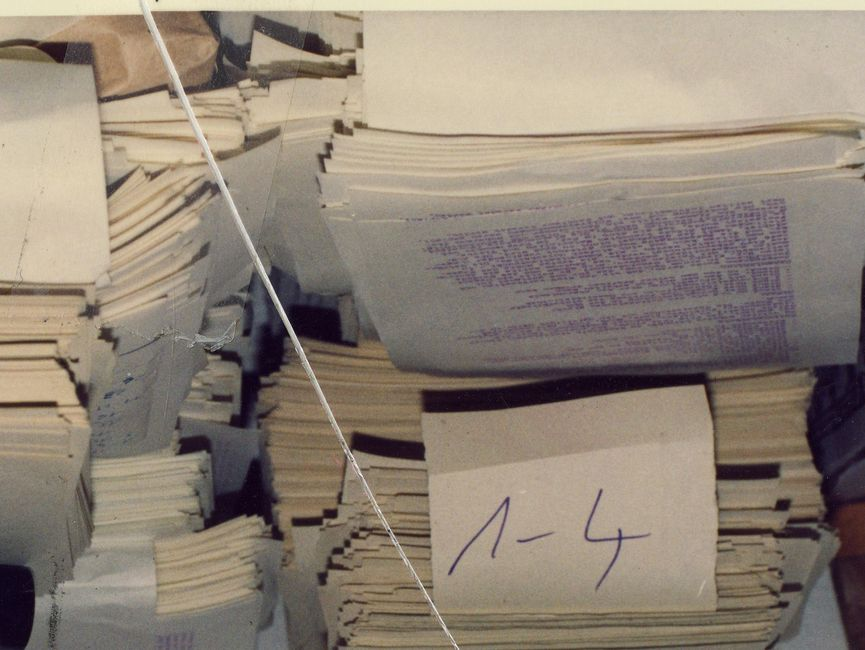 Mehrere Stapel mit bereits fertig gedruckten Seiten der 'Umweltblätter' in der für Maztrizendruck typischen lila Schrift.