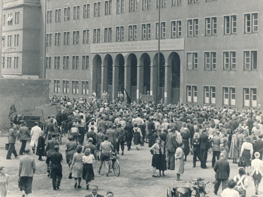 Demonstranten vor der Staatsanwaltschaft Leipzig.