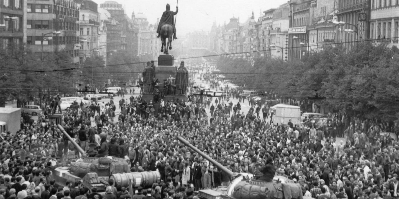 Sowjetische Panzer inmitten einer Menschenmasse am Prager Wenzelsplatz.