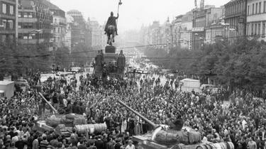 Sowjetische Panzer fahren durch eine Menschenmenge auf dem Prager Wenzelsplatz.